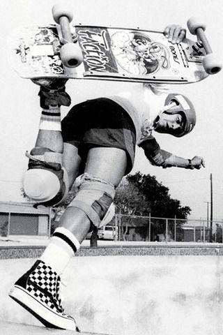 Sportcipő nem csak deszkásoknak - a Vans 50 éves lett. A holland származású amerikai, Paul Van Doren fiatal korától egy jól menő sportcipőgyárban, a Randy's-nél dolgozott, amelynek 20 év után már az alelnöke volt. Az akkor már ötgyerekes családapa nem elégedett meg ennyivel, saját vállalkozásra vágyott, így testvérével és egy barátjával 1966-ban cipőüzemet alapítottak a kaliforniai Anaheimben, és az árusítást is saját kézben tartották.