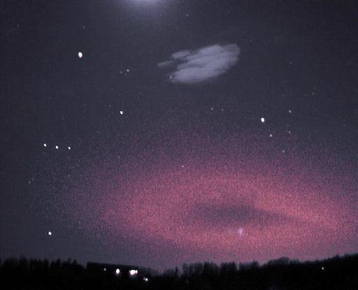 """Fotografía de un duende tomada el 2 de abril en la República Checa. Crédito: Martin Popek. """"Apareció sólo durante un milisegundo junto a la constelación de Orión"""", explica Popek. Se trata de un ejemplo de duende, una emisión de luz y perturbaciones de baja frecuencia debida a fuentes de pulsos electromagnéticos.  Los duendes fueron detectados por primera vez por las cámaras del transbordador espacial en 1990."""