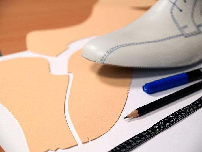 Der Herstellungsprozess nimmt seinen Anfang in der Ideenfindung und Modellentwicklung eines neuen Tanzschuhs.