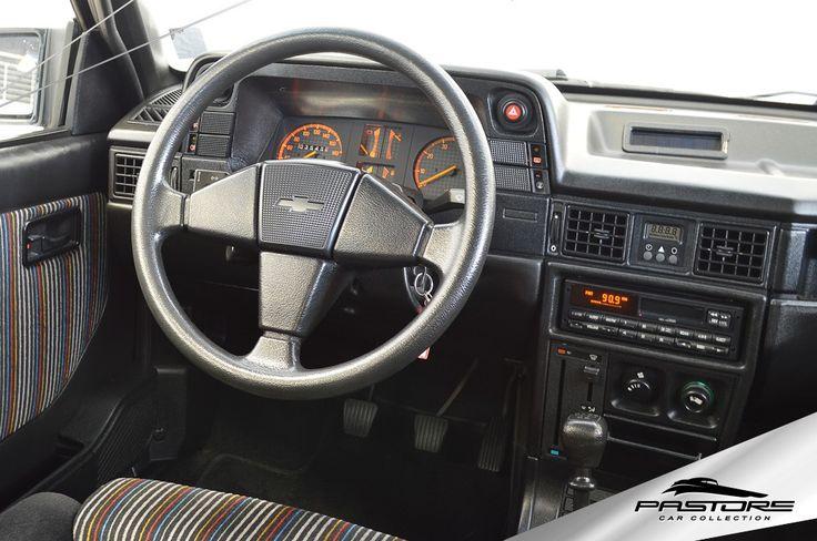 GM Kadett GS 1991 . Pastore Car Collection              Chevrolet Kadett GS 1991/1991 na cor Preto Formal, em raro estado de conservação. Veículo com  direção hidráulica e vidros elétricos.  Veículo nunca restaurado.  Motor: transversal, 4 cilindros em linha, duas válvulas por cilindro, comando de válvulas simples no cabeçote, alimentação por carburador de corpo duplo, potência de 110 cv a 5.600 rpm e torque de 17,3 kgfm a 3.000 rpm.  Em 1989, os dias do Monza esportivo estavam contados...