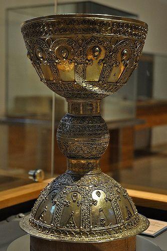 Caliz de plata repujada,pertenece al Tesoro del Monasterio de Santo Domingo,y confeccionado en sus propios talleres en el siglo XI