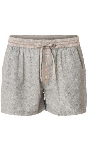 Amio shorts. Fede shorts i mønstret med kontraster fra Plus Fine. Modellen har skrålommer, elastik i taljen og bindebåd. Detaljeret med stolpelukning med pynteknapper og en paspoleret baglomme.  For helstøbt look kan shortsene styles med matchende Amio Blouse.