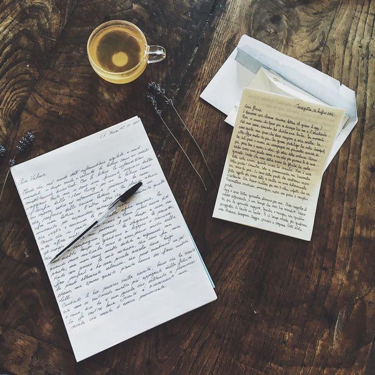 """È strano scrivere lettere al giorno d'oggi raccontare la propria vita scegliere le frasi giuste e ponderare sulle parole usate.  Uno dei miei piaceri preferiti è leggere una lettera la mattina e mette faccio colazione mi prendo il tempo per rispondere è una specie di """"me Time"""" un po' particolare perché effettivamente sto dedicando del tempo alla persona che ha scritto la lettera e non voglio che si senta trascurata. Spesso le persone si confidano con chi non hanno mai visto mi piace donare…"""