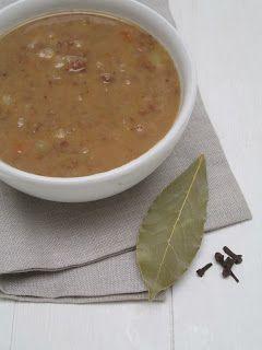 Bruine bonen soep 2 potten bruine bonen (natuurwinkel) of 500 gram gedroogde bruine bonen (zie tips), 1 prei, 2 winterwortels, ½ knolselderij, 3 aardappels, 2 uien, 3 kruidnagels, 1 laurierblad, 1 liter groentebouillon, 1 eetlepel tomatenpuree, roomboter, Keltisch zout