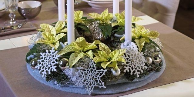 Rostlinky vánoční hvězdy neboli poinsettie mohou mít nejrůznější tvary i barvy, které každému nabízejí materiál pro vlastní a ryze individuální aranžmá. Nejpoužívanějšími jsou kultivary s červenými listeny, a tak vám dnes pro změnu nabídneme návod k vytvoření dekorace z poinsettií krémových, kterou budeme ladit do zimních odstínů.