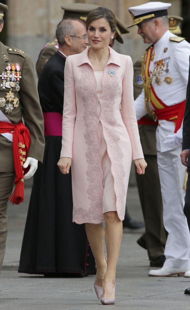 La Reina ha lucido un nuevo diseño de Felipe Varela para ser madrina del acto de entrega de una nueva bandera Nacional al Regimiento de Especialidades de Ingenieros en Salamanca. 13.06.2016
