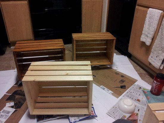 Come riciclare cassette di frutta per creare un tavolino da caffè pratico, esclusivo e di design, tanto da sembrare acquistato presso una boutique!