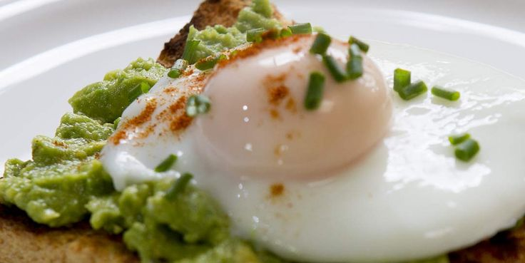 EASY POACHED EGGS ON AVOCADO CRUSH | à table ...