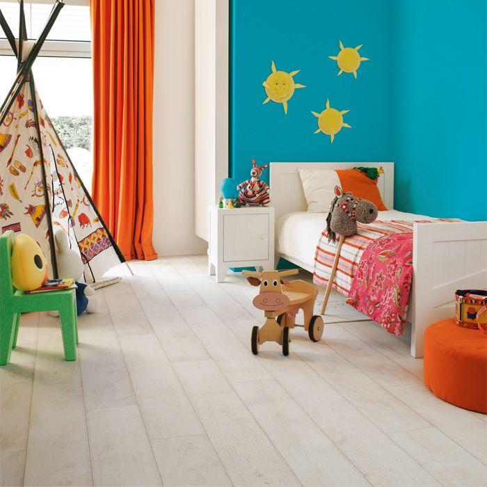 De Quickstep 700 Klassiek Teak Wit Gebleekt QSM031 is een speelse laminaatvloer met een donkere naad waardoor de planken diepte krijgen. http://www.onlineparketshop.nl/artikel/16/quickstep/700-classic/teak-wit-gebleekt-qsm-031/