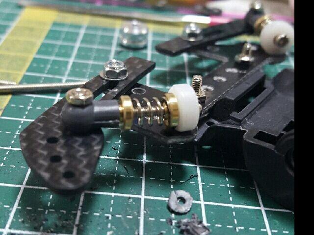 なんちゃってピボット\(^_^)/ スラダン作成時に失敗して使い道がなくなったプレートを使って作ってみました。再利用は大切です。 フルカウルのフロントカーボンを半分に割って、X用リアFRPに取り付け。ハードスプリングをメタル軸受けで挟んで、ボールリンクマスダンパーのプラパーツを貫通して固定。9mmのプラローラーに1.8mmの穴を開けてネジ切りしてX用リアFRPに固定。全部つなげて完成。全幅は各専用の取り付け穴で使用した場合は103.5mmです。 どうしてもゴムリングは使いたくなかったのでこんな感じになっちゃいました(^-^ 見た目重視で精度は二の次。でも意外にしっかり作れたかも? 自作のスラダンより動きが滑らか~。 ローラー位置が二段ローラーを使うと高くなりそう。他なら裏から付ければまあまあ良い位置になりそうかな? ぶっちゃけ、スラスト角の関係でスラダンよりも都合が良かったりします。あれだけ苦労してスラダン作ったのになぁ・・・(・・;) まあどっち使うかは気分次第ってことで。