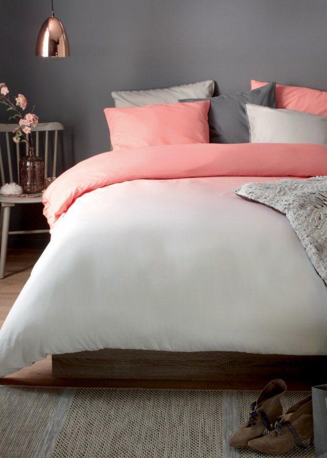 """Du rose corail et du gris, une lampe en cuivre, et une très jolie parure de lit qui surfe sur la tendance """"ombrée"""" (dégradé). Chez But à prix mini, on dit oui !"""