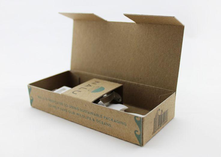 Дизайнеры Jordan Lee и Cara Bono разработали конструкцию коробки для упаковки наручных часов серфингиста Nalu Surf Watch и создали дизайн их оформления. Печать на коробке нанесена в два цвета, при использовании минимального количества краски. Дизайн современный и минималистичный, он хорошо сочетается с упакованными часами и их мужским характером. Коробки изготовлены из 100% переработанного картона, они экологически безопасны и при этом прочны и надежны.  http://am.antech.ru/mi0t