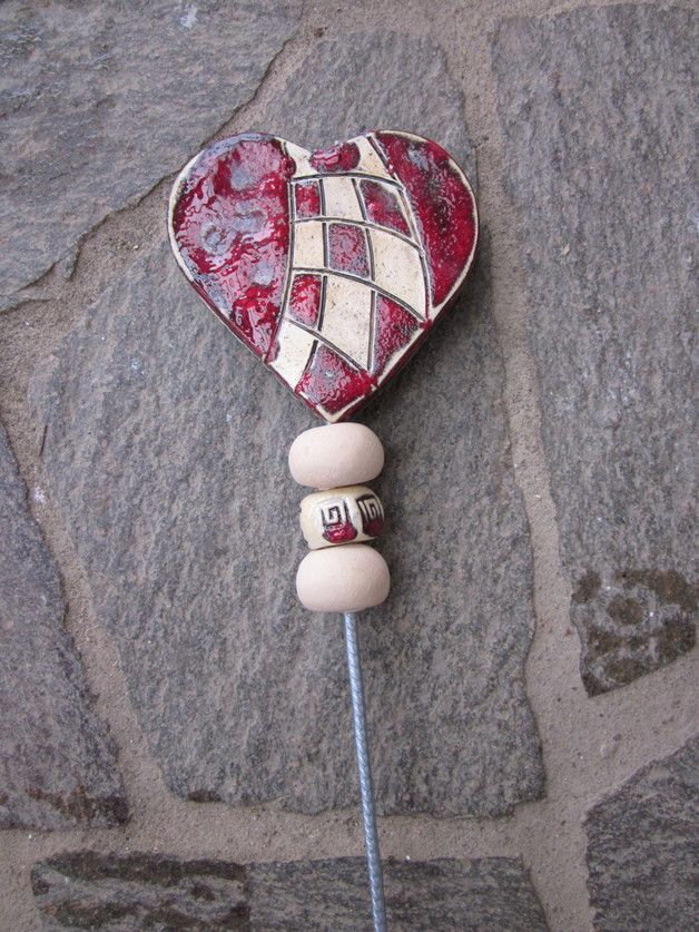 Gartendekoration - Herz Stele Gartenkeramik Handarbeit Rosenkugel - ein Designerstück von Keramiktraum bei DaWanda