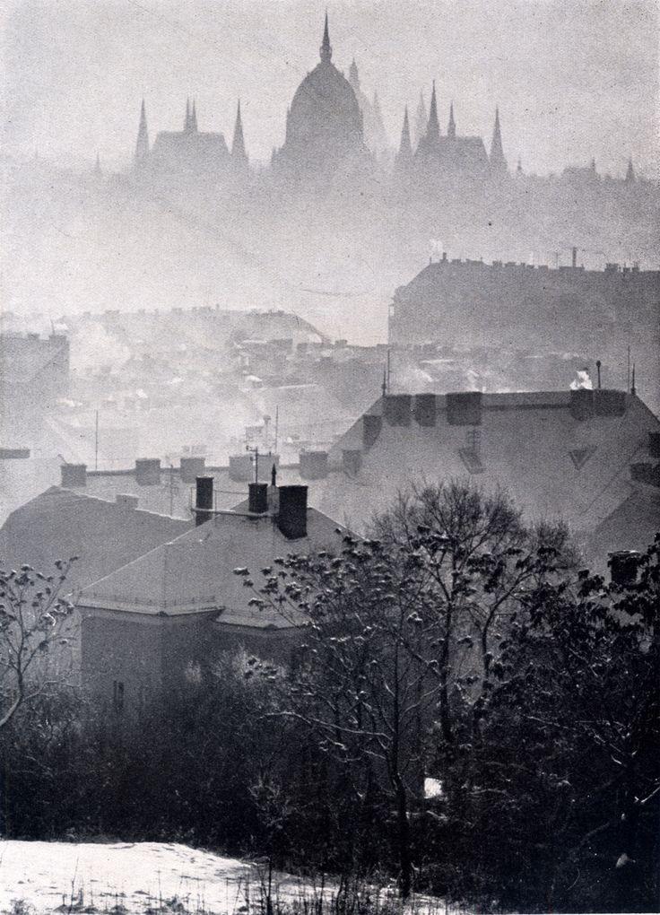 Téli köd. Fotó: Németh József. In: Németh József: Leica felvételek. Athenaeum, Budapest, 1944.Winter fog. Photo: Jozsef Nemeth. Budapest, 1944.