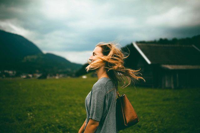 Μια μέθοδος step by step για να εντοπίσουμε και να διώξουμε όλες τις σκέψεις που μπλοκάρουν την ευτυχία μας. Advertisement Αντίο, αρνητικές σκέψεις: 3 βήματα που θα σου αλλάξουν τη ζωή! «Δεν βλέπουμε τα πράγματα όπως είναι, αλλά όπως είμαστε εμείς» Αναΐς Νιν «Δεν παραιτούμαι από τις σκέψεις μου ‒ τις διερευνώ. Έπειτα, παραιτούνται εκείνες …