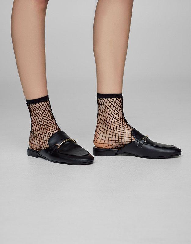 Εξώφτερνο παπούτσι με αγκράφα - Ίσια παπούτσια - Παπούτσια - Γυναικεία - PULL&BEAR Ελλάδα