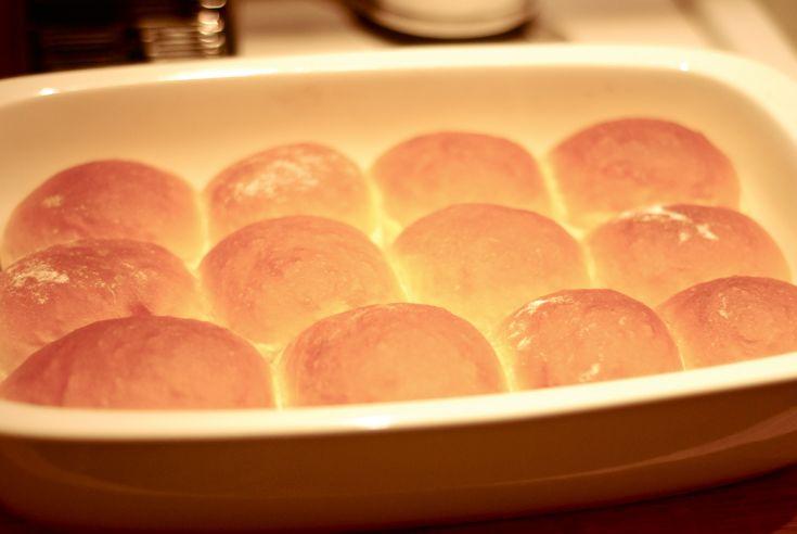 Co ráno snídáte? Nechtěli byste vyzkoušet tyhle housky, ehm tedy spíš univerzální žemle? Jsou skvělé s marmeládou i jako sendvičové pečivo.
