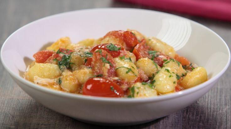 Ricetta Gnocchi con polpa di granchio e pomodorini: Gnocchi con polpa di granchio e pomodorini, un modo simpatico per alleggerire un primo piatto, gli gnocchi, spesso considerato troppo pesante.