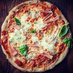 Bezglutenowa pizza gryczana | SKŁADNIKI   3 PIZZE OK. 25 CM 1 szklanka (200 g) kaszy gryczanej niepalonej* 1 szklanka mąki kukurydzianej 1/2 łyżeczki soli morskiej 1 saszetka (7 g) drożdży instant 1/2 łyżeczki cukru trzcinowego 2 i 1/2 szklanki ciepłej wody 1/2 łyżki oliwy extra vergine