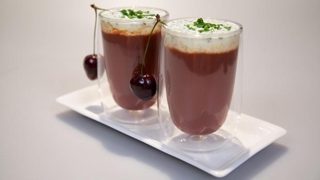 Cappuccino van bietjes met bieslook-crème fraîche  http://www.24kitchen.nl/recepten/cappuccino-van-bietjes-met-bieslook-creme-fraiche