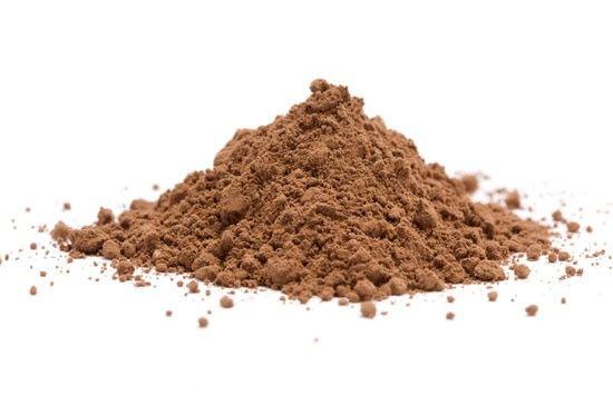 Cacao. Scegliete un buon cacao che ha subito processi di torrefazione blandi così da garantirvi un buon contenuto di polifenoli e minerali, incluso il rame. Aggiungetene un cucchiaino nel caffè del mattino. Provatelo nelle bevande vegetali e utilizzatelo per fare il pane o la pasta fatti in casa. Ricordatevi che il cacao è una spezia e il suo sapore amaro lo rende indicato, in piccole quantità, anche nelle preparazioni salate.