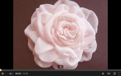 Fiori di stoffa fai da te: tante idee creative con tutorial [FOTO + VIDEO] - I fiori di stoffa sono davvero bellissimi, e realizzarli fai da te non è difficile, specialmente con l'ausilio di  video tutorial come quelli che vi proponiamo noi. Buona visione!