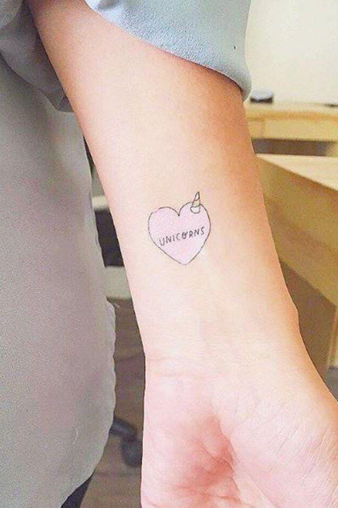Un tatouage mignon de coeur au creux du poignet avec un petit clin d'oeil pour les amateurs de licornes..