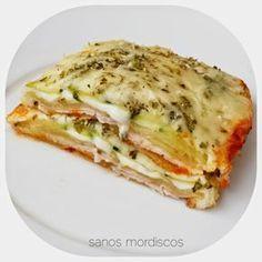 Lasaña de calabacín, pavo y queso / 1 calabacín  •Lonchas de pavo o jamón york.  •Lonchas de queso bajo en grasa (-40%)  •Queso rallado bajo en grasa •Tomate natural triturado  •Orégano