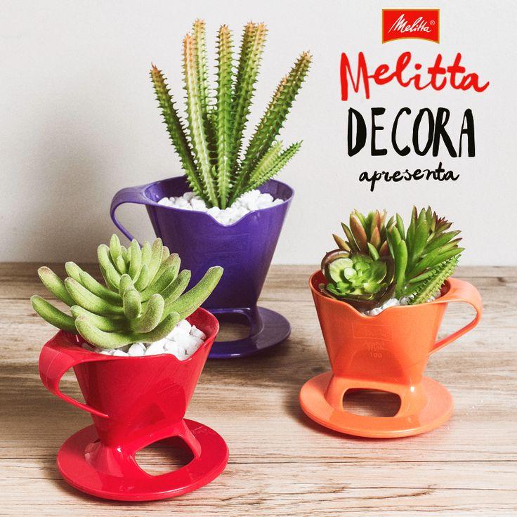 Além de deixar a hora do café muito mais colorida, os Suportes para Filtros Melitta ainda podem decorar a sua casa. Já pensou em utilizá-los como vaso para suculentas? Use sua criatividade e faça você mesmo em casa! ;-)