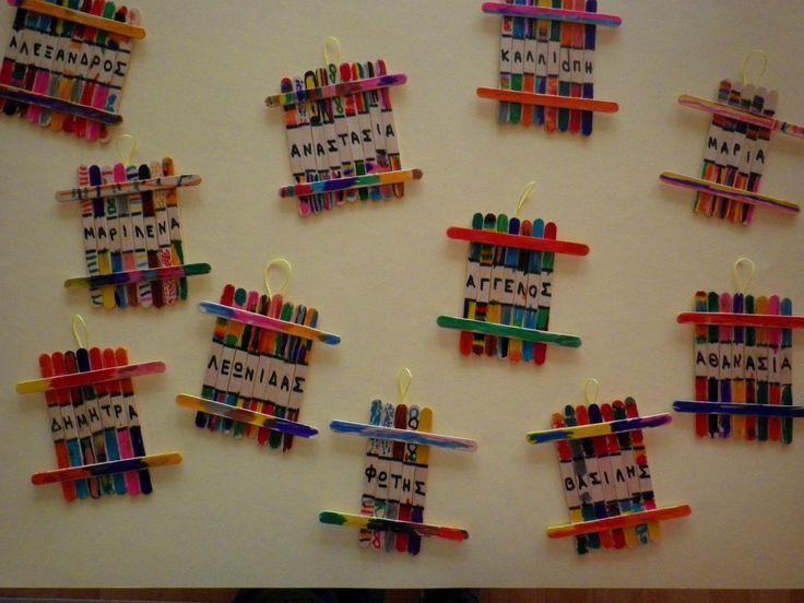 Ονόματα μέσα στα χρώματα γιατί… τα χρωματιστά τα θυμόμαστε πιο καλά!!! Μια ευχάριστη και εύκολη δραστηριότητα για να μάθουν τα παιδιά το όνομά τους. Χρωματίζουμε με μαρκαδόρους γλωσσοπίεστρα …