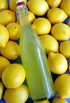 Cómo hacer limonchello. Receta muy sencilla, macerar limón en alcohol.