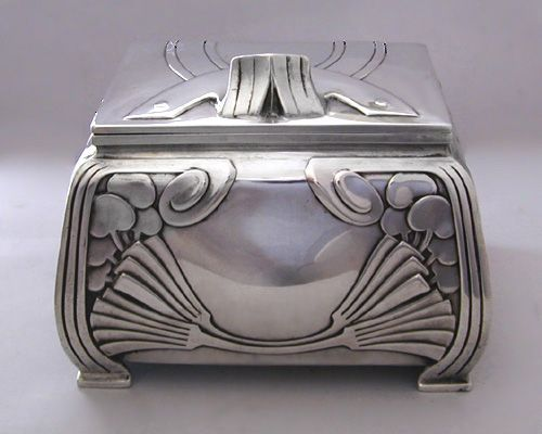 Art Nouveau tea caddy in silver.