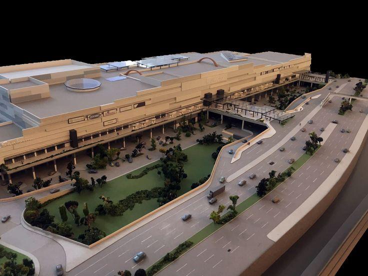 COSMOPOL Es un centro comercial que se encuentra ubicado en el municipio de Coacalco, Estado de México, al norte de la ciudad, sobre la vía José López Portillo. El volumen se planteó como un gran contenedor rectangular, enfatizando la fachada principal, la cual, con un desarrollo de 400 metros y junto con bandas horizontales a diferentes paños y texturas y de color uniforme, refuerza la horizontalidad de la plaza. Conoce más en: http://migdal.com.mx/proyectos/cosmopol/