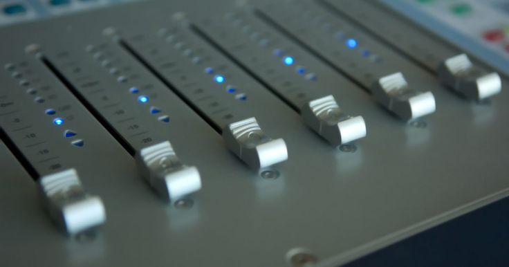 Como conectar alto-falantes ativos a uma mesa de som. Conectar alto-falantes ativos, ou caixas com alimentação próprias, a uma mesa de som é uma maneira fácil de colocar alto-falantes ao seu conjunto para monitorar seu trabalho. A maioria dos alto-falantes ativos usam um conector RCA na ponta do cabo do alto-falante para conectá-lo a uma fonte; porém, a maioria das mesas de som tem encaixes P10 de ...