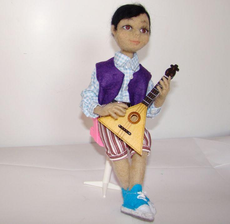 Юный музыкант, кукла валяная