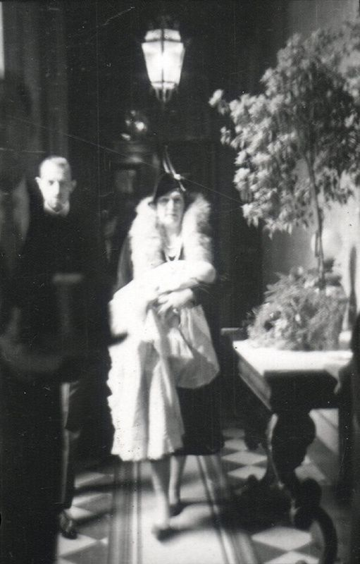 La Reina Victoria Eugenia llevando en brazos a Juan Carlos el día de su bautizo