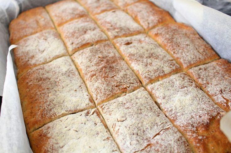 I morse bakade jag långpannebröd igen. Det är så tacksamt att baka det brödet för det är verkligen svårt att misslyckas med det. Sen AVGUDAR min familj verkligen detta brödet. Det är det viktigaste av allt, även om jag inte äter just detta brödet själv så betyder det ALLT att se dom mumsa i sig av d