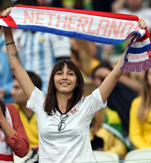 タオルマフラーを掲げて応援するオランダサポーター ▼10Jul2014日刊スポーツ 美女 - 写真特集 ブラジルW杯 http://www.nikkansports.com/brazil2014/photogallery/bijo/f-sc-tp0-20140710-1332111.html #Brazil2014