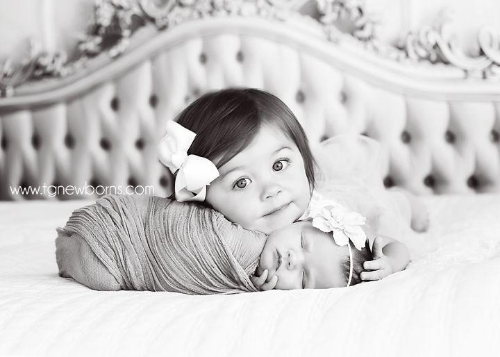 sibling newborn photos @Kristina Kilmer Kilmer Kilmer Powell (smith) I can totally see Maisy & Adalynn like this!