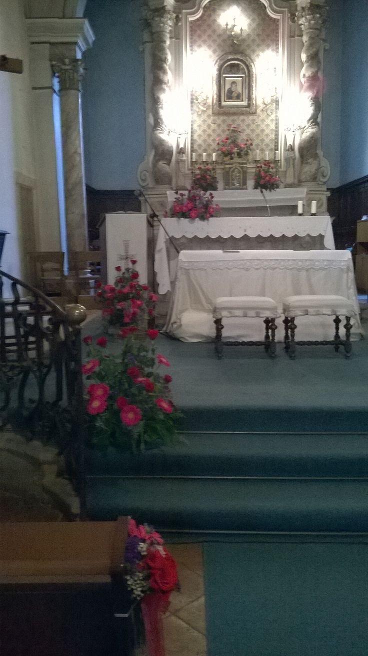 matrimonio. fiori misti in viola, fuxia e rosso. chiesa del Morrocco. giugno 2014