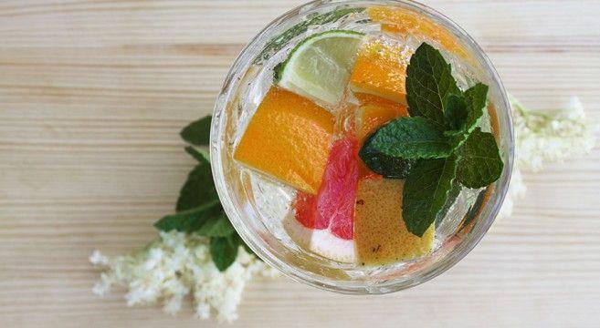 Hurtig læskedrik med citrusfrugter, mynte og hyldeblomst // Refreshment with citrus, elderflower and mint