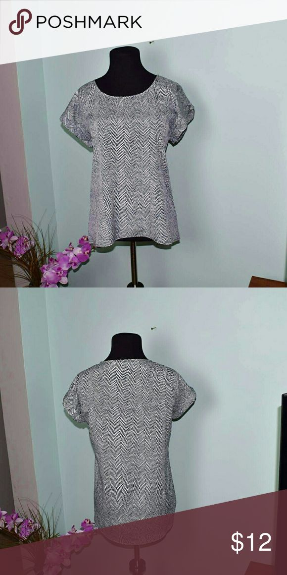 Adorable Black & White Zigzag Blouse In excellent condition. Super cute and comfortable. Cab be dressed up or dressed down. Tops Blouses
