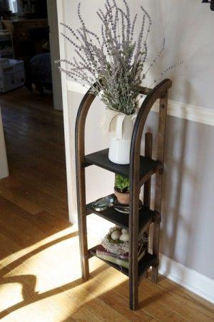 Such a great idea to build a shelf out of an old sledge /// Super Idee! Ein originelles und schönes Regal mit einem alten Schlitten bauen