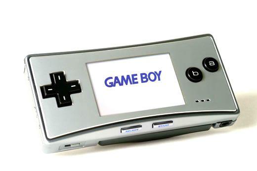 """Ultime déclinaison de la GBA, la Game Boy Advance Micro est arrivée sur le marché en 2005. Véritable objet nomade (10 cm de large), la console fut déclinée en plusieurs coloris (argent, noir, rose, vert, bleu) et cinq éditions spéciales, dont la """"Famicom"""". Assez peu répandue, cette version de la GBA n'est pas toujours évidente à trouver, notamment les versions spéciales."""