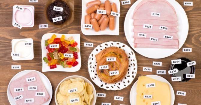 Un additif alimentaire, c'est un produit, comme son nom l'indique bien justement, qui a été rajouté à un produit alimentaire lors de son processus de fabricatio