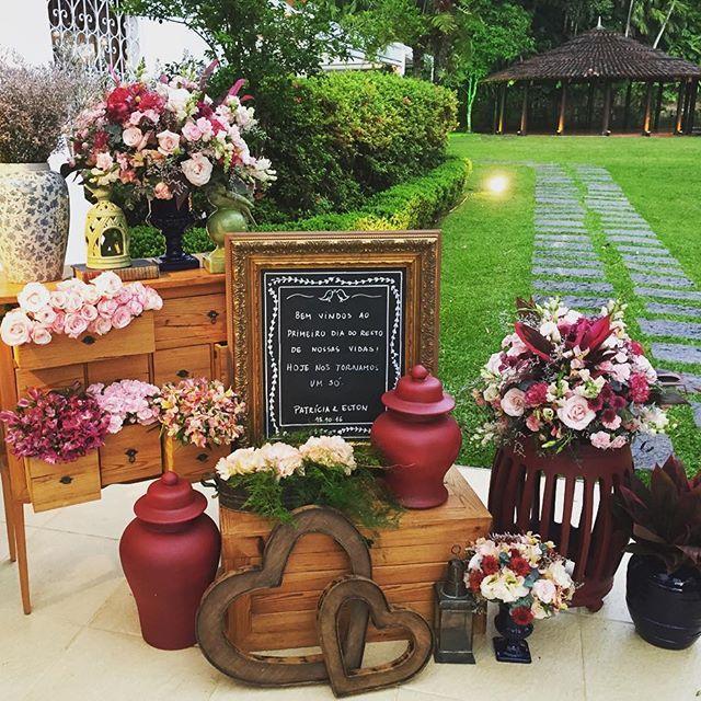Muitas flores para recepcionar os convidados ! #casamentopatriciaeelton @andreakappsdecoracao @janiquescerimonial @thatagsilveira #casamento #wedding #weddingdecor #decoracao #casamentonaserra