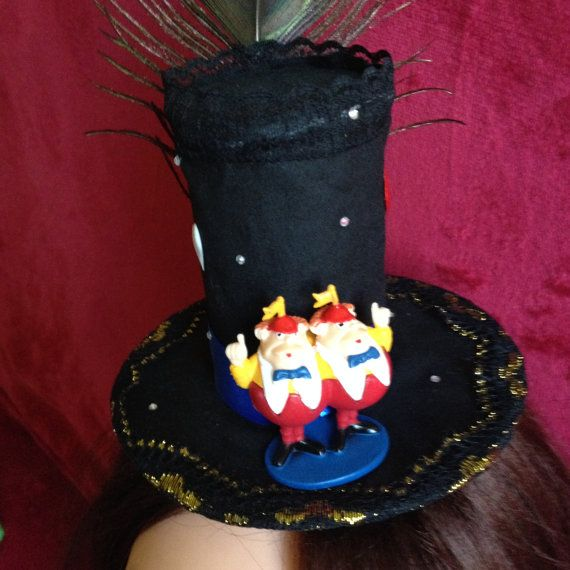 This magnificent hat consists of a peacock feathers, red ribbon, black zigzag ribbon, and figures Tweedledum and Tweedledee. On the two clips. #Minihat #veil #Carnival #Halloween #Christmas #ValentineDay #NewYear #costumeparty #minihats #Alice #AliceintheWonderland #MadHatter #minicylinder #cylinder #rabbit #Tweedledum #Tweedledee