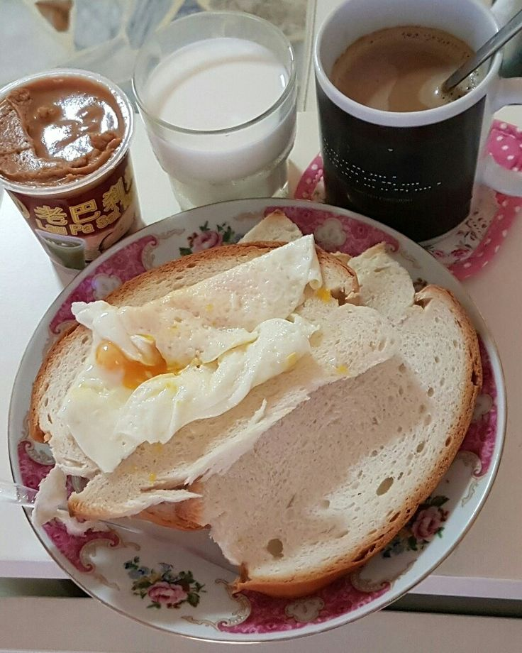 Good Morning friends! My heavy breakfast Roti + Peanut Jam + Egg + Coffee + Milk  朋友们! 早上好。 我的好丰富的早餐啊!
