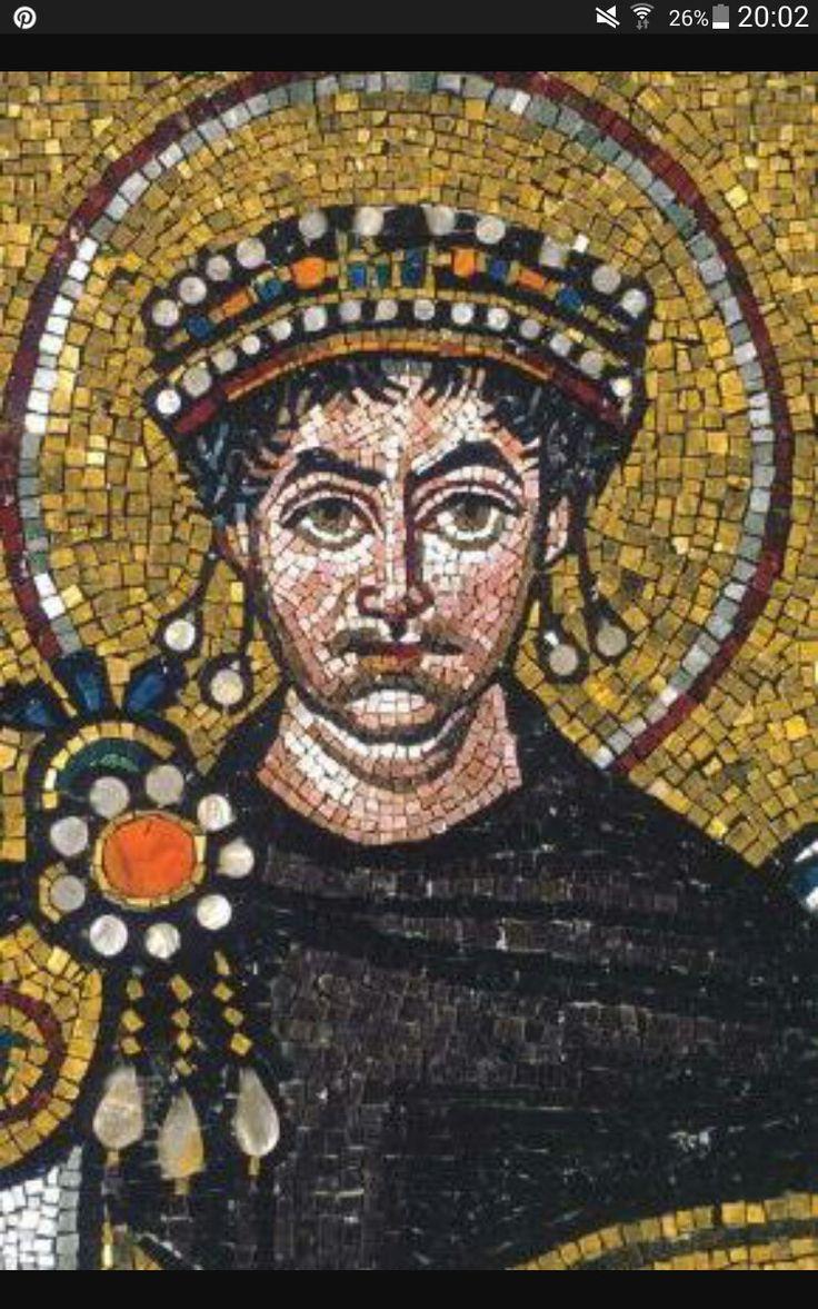 Imperatore Giustiniano - VI d.C. - Mosaico in vetro e oro - San Vitale, Ravenna. L'imperatore é rappresentato in veste di rappresentante di Dio in terra, fenomeno detto cesaropapismo, cosa che é testimoniata dal nimbo che gli avvolge la testa. Presenta i suoi caratteri fisici, ha i capelli arruffati e una sorta di doppio mento; porta una fibula a tre lacci, simbolo della trinità e il mantello imperiale color porpora (tessere in porfido)