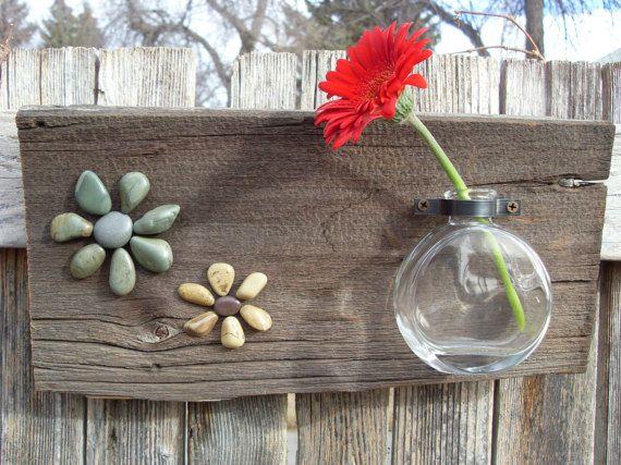 Una botella de cristal único es reutilizar en un florero colocando a la madera de granero con un montaje de la tubería de vendimia. Agregar dos flores de roca y tiene una pantalla de flores grandes para la pared. Las dos flores, uno amarillo y uno verde se hacen de las rocas de las orillas del lago Flathead, MT. Longitud: 13.5 Anchura: 7(más)